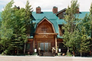 Bar N Ranch - lodge rooms, cabins, & fine dining :: Beautiful 200-acre ranch features guest lodge & cabins near the Madison River. Onsite restaurant, fly fishing, pool & hot tubs 6 miles from Yellowstone. 1, 2 & 4-bdrm options.