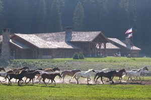 Brooks Lake Lodge, Guest Ranch & Spa - Dubois :: Enjoy the view at this luxury mountain retreat. All-inclusive, 3-night min., restaurant/bar, hot tub & spa. Hiking, horseback riding, world-class fishing & more!