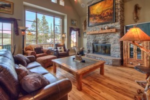 Saddle Ridge - 2, 3 & 4-BR Cabins, Condos & Homes :: Only 45 mins from Yellowstone & steps from dining, hiking & pool. Enjoy luxury for less w/prices from $215/nt. Full kitchens, private hot tubs, fireplaces & outdoor grills.