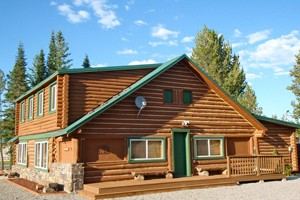 Cabins West - Cabin & Home Rentals for groups :: Rent one of 3 unique cabins sleeping from 7-14+. Full kitchens, fireplaces, near grocery store & shops. Lots of parking for sled trailers, great for reunions & retreats.