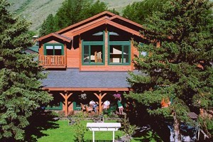 Alpine House B&B, Lodge and Cabins :: A beautifully manicured property along Flat Creek in the heart of Jackson, this bed & breakfast features 22 guest rooms and cottages, delicious breakfast, and spa services.