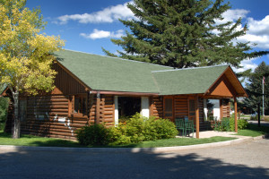 El Western Cabins and Lodges :: Authentic cabins & homes capture Old West spirit with rustic luxury in a spectacular setting. Convenient to the Madison River, Ennis, Virginia City & 70 miles to Yellowstone.