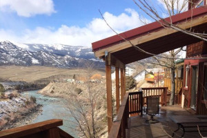 Grizzly Den Rental Home - sleeps 10 in Gardiner MT